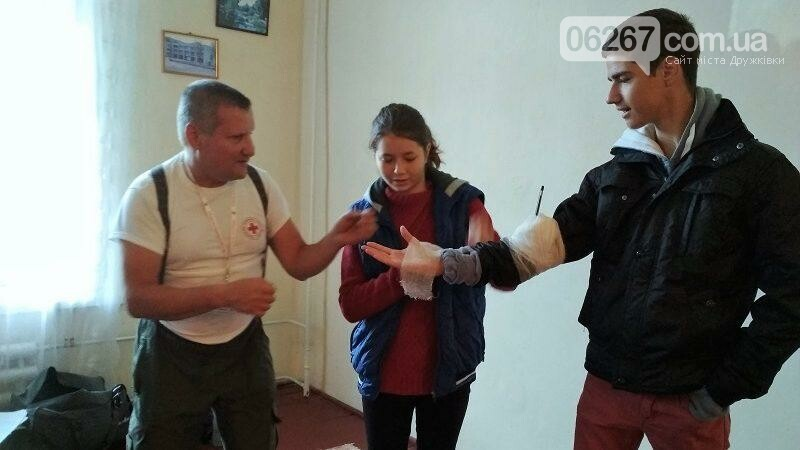 Волонтёры Красного Креста в Дружковке учат студентов оказывать первую помощь пострадавшим, фото-1