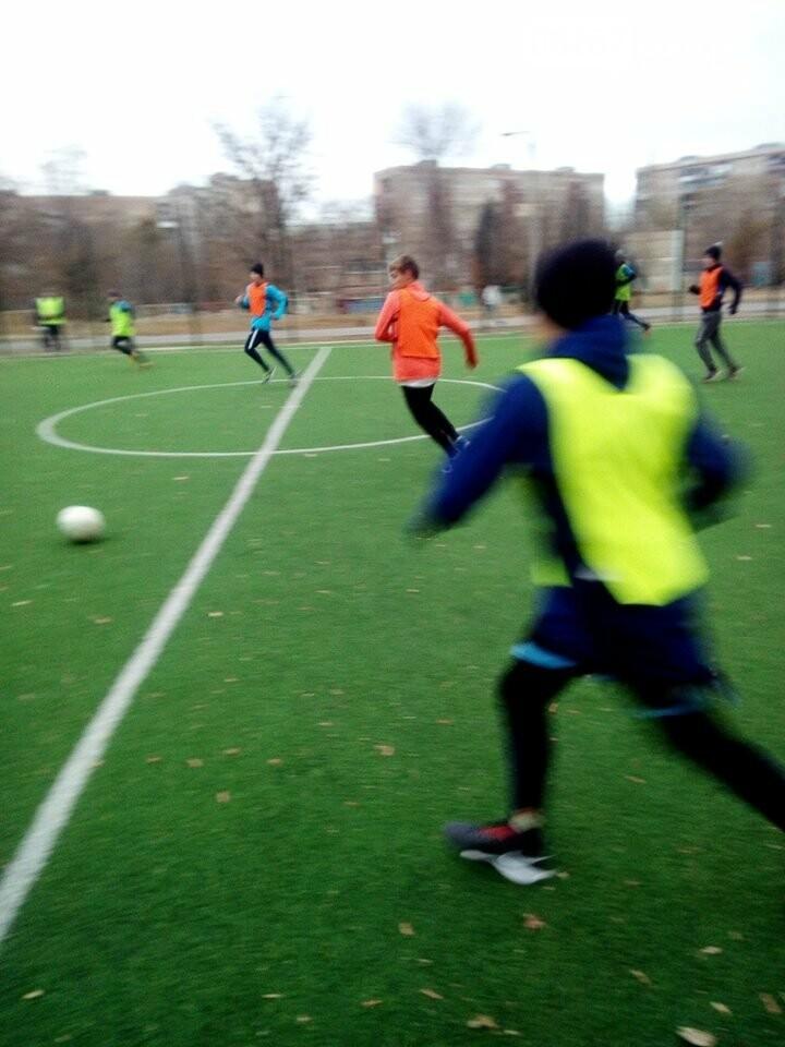 Дружковка: Во Всемирный день сирот воспитанники областного соцобщежития сыграли в футбол и получили консультации юриста, фото-1