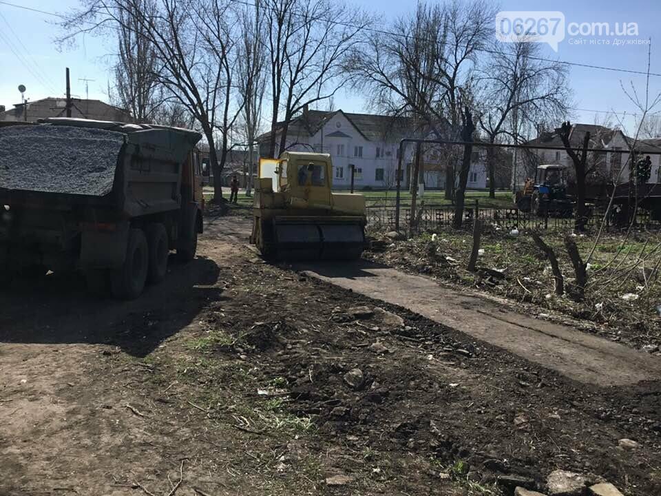 Дружковка: На улице Севастопольской асфальтируют тротуар (ФОТО), фото-2