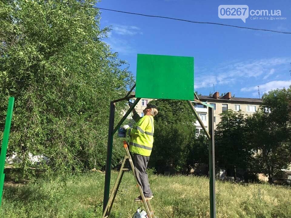 Дружковка: На спортплощадке школы №7 стелют новый искусственный газон (ФОТО), фото-1