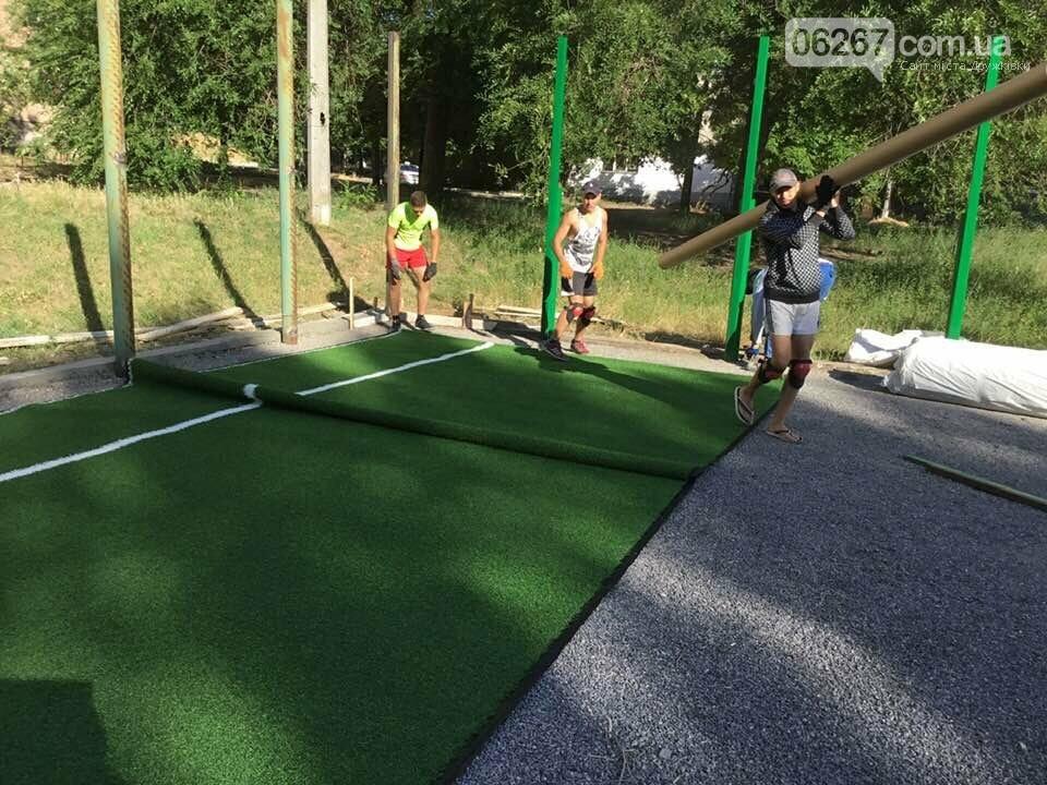 Дружковка: На спортплощадке школы №7 стелют новый искусственный газон (ФОТО), фото-4