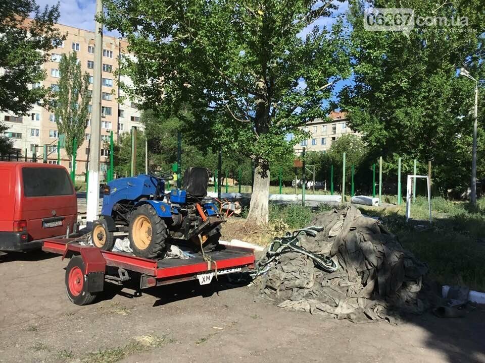 Дружковка: На спортплощадке школы №7 стелют новый искусственный газон (ФОТО), фото-5