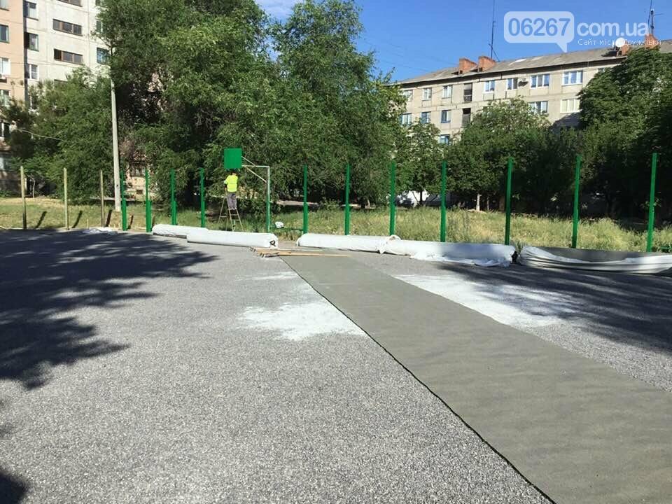 Дружковка: На спортплощадке школы №7 стелют новый искусственный газон (ФОТО), фото-3