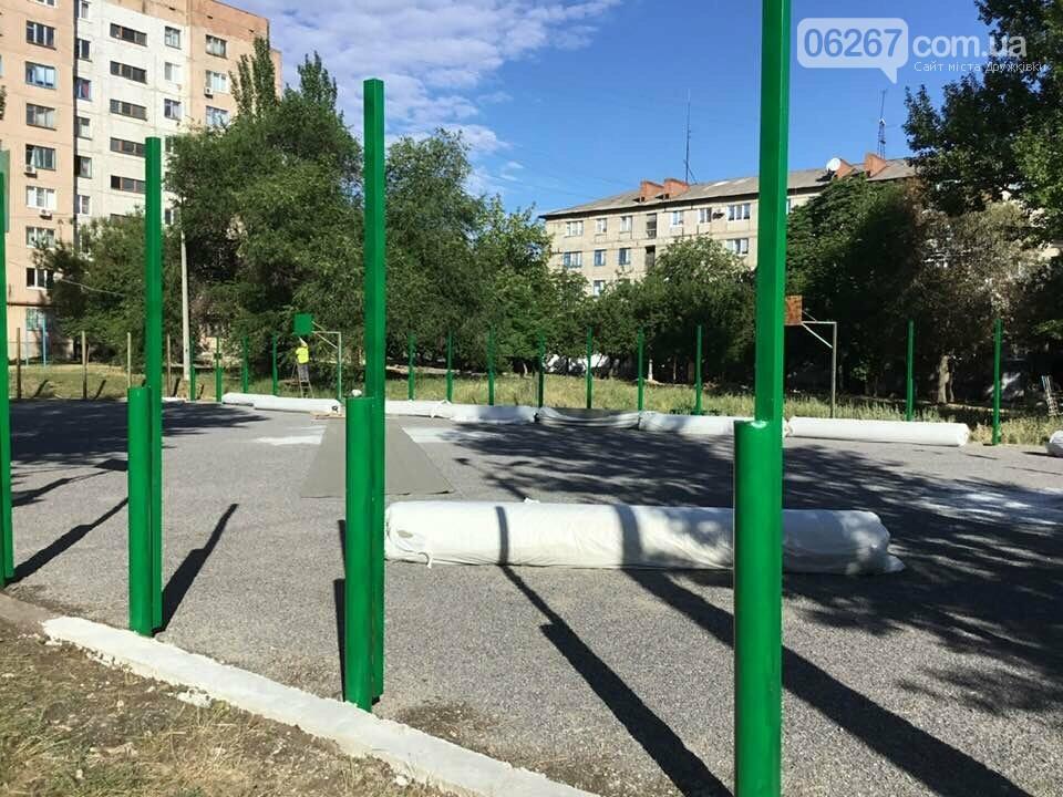Дружковка: На спортплощадке школы №7 стелют новый искусственный газон (ФОТО), фото-2