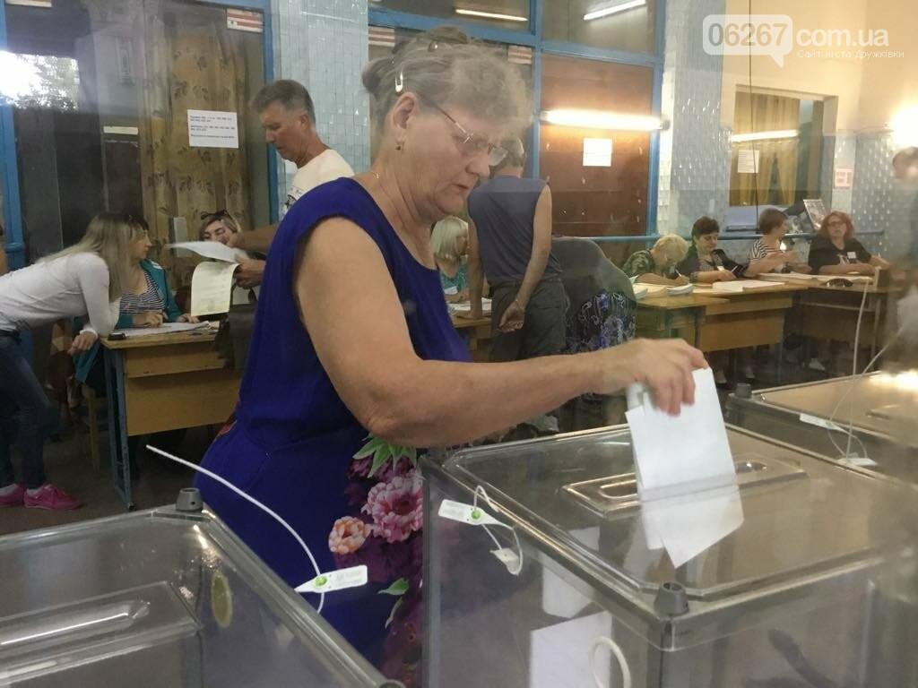 Мережа волонтерів, підвіз таксистами і плакати неіснуючих кандидатів: як тривало голосування у 49 виборчому окрузі, фото-1
