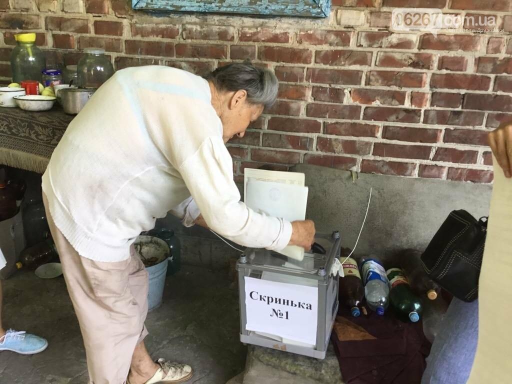 Мережа волонтерів, підвіз таксистами і плакати неіснуючих кандидатів: як тривало голосування у 49 виборчому окрузі, фото-2
