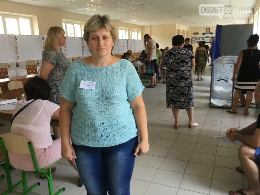 Мережа волонтерів, підвіз таксистами і плакати неіснуючих кандидатів: як тривало голосування у 49 виборчому окрузі, фото-3