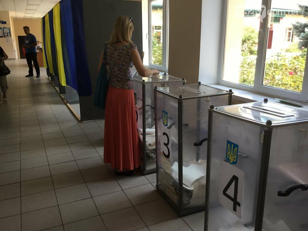 Мережа волонтерів, підвіз таксистами і плакати неіснуючих кандидатів: як тривало голосування у 49 виборчому окрузі, фото-5