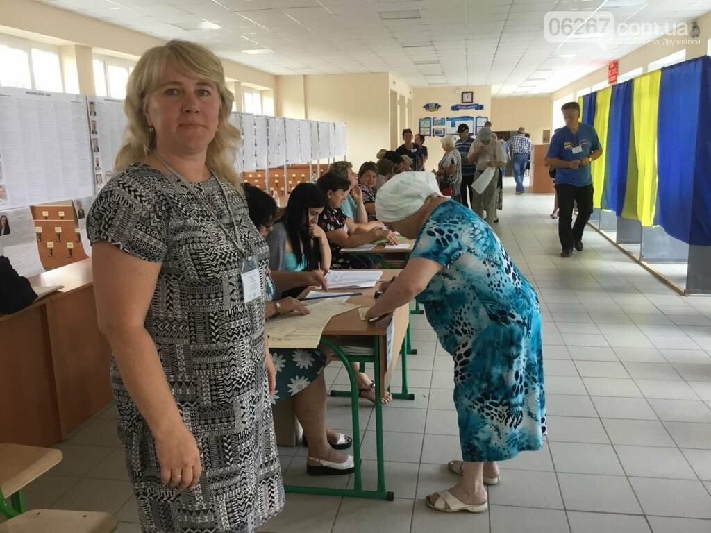 Мережа волонтерів, підвіз таксистами і плакати неіснуючих кандидатів: як тривало голосування у 49 виборчому окрузі, фото-7