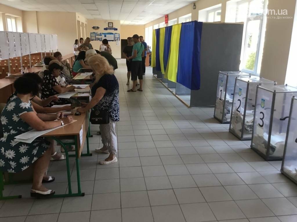 Мережа волонтерів, підвіз таксистами і плакати неіснуючих кандидатів: як тривало голосування у 49 виборчому окрузі, фото-9