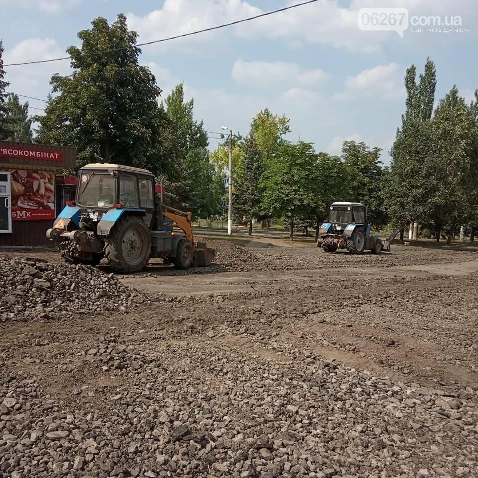 Дружковка: Возле магазина «Беларусь» укладывают новый асфальт (ФОТО), фото-1