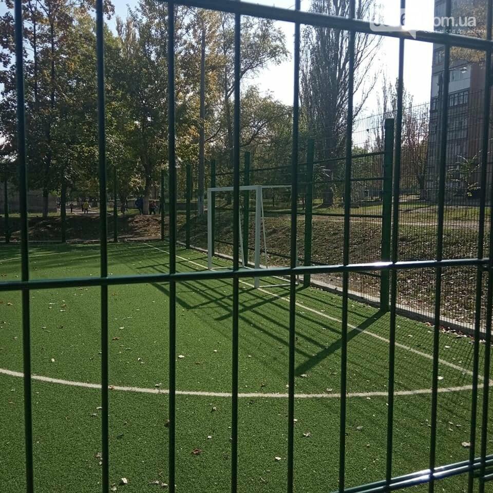 Дружковка: Ограждение на спортплощадке школы №7 установили. Ворота пока только одни (ФОТО), фото-1