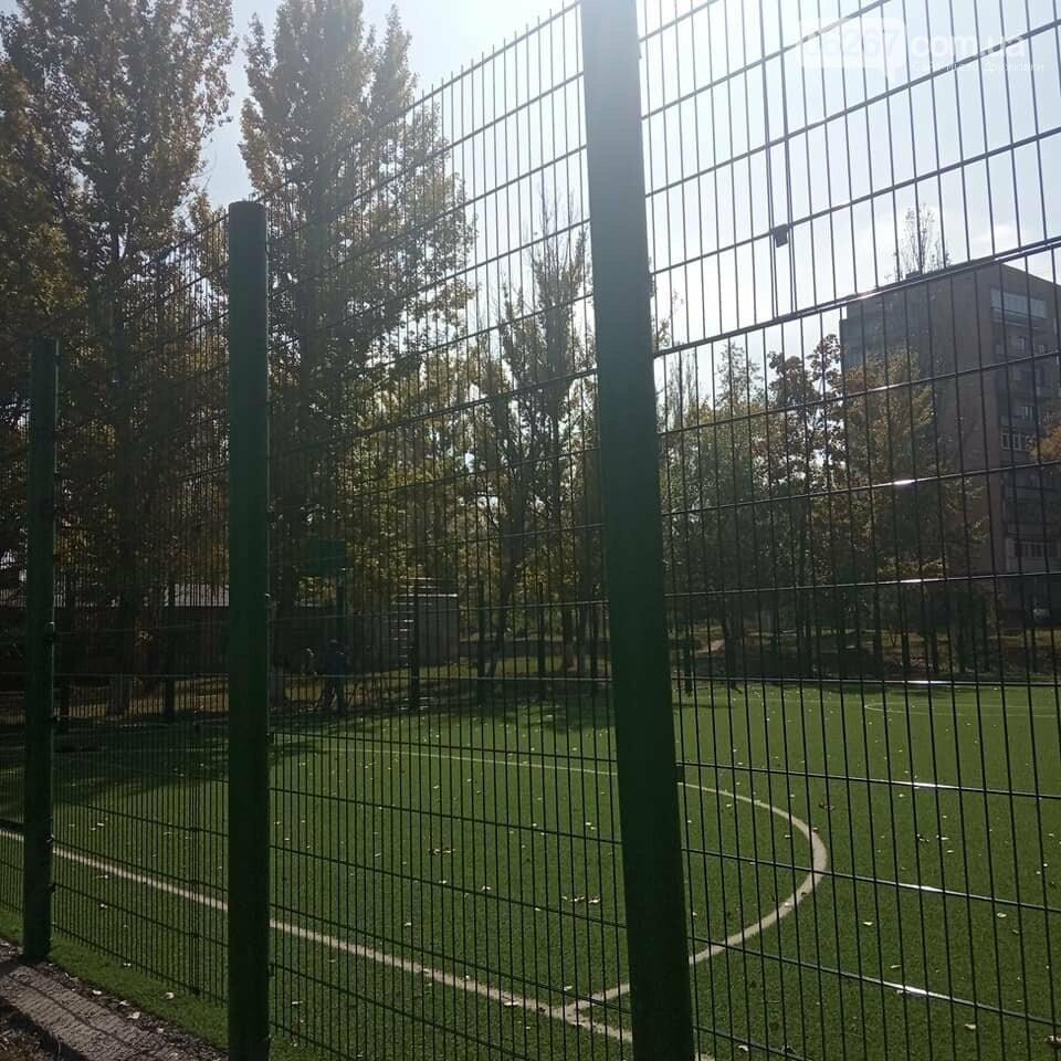 Дружковка: Ограждение на спортплощадке школы №7 установили. Ворота пока только одни (ФОТО), фото-3