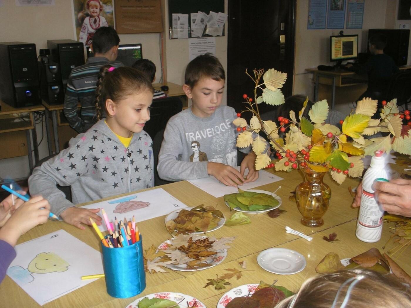 Лица осени: В дружковской библиотеке дети учились создавать портреты из осенних листьев, фото-1