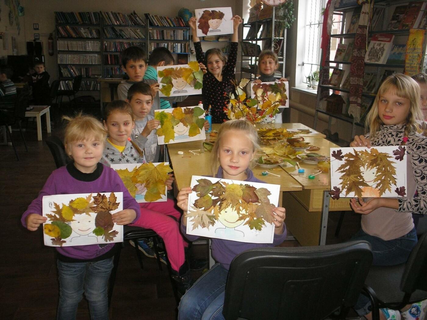 Лица осени: В дружковской библиотеке дети учились создавать портреты из осенних листьев, фото-3
