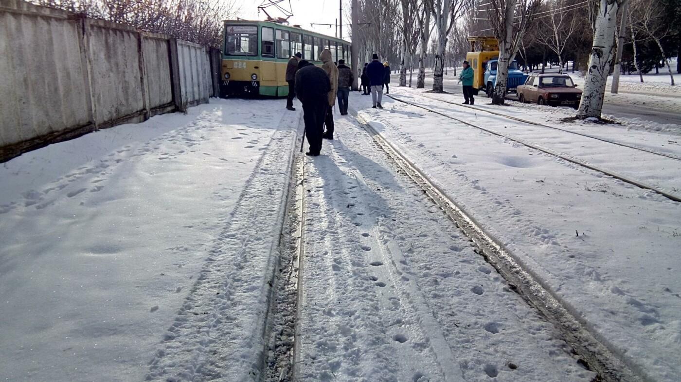 Сегодня утром в Дружковке трамвай врезался в бетонный забор машзавода (ФОТО), фото-1