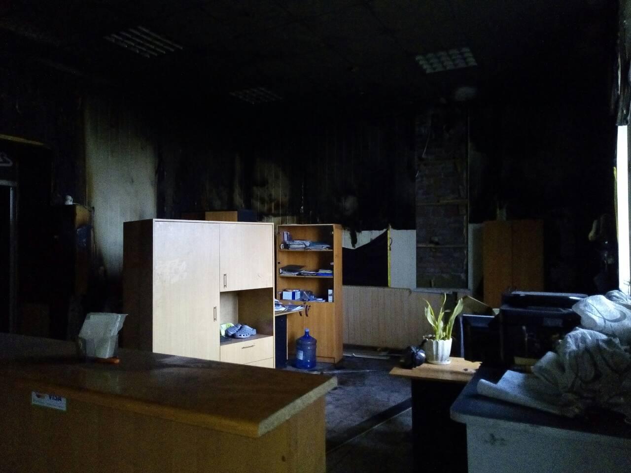 Дружковка: Сегодня ночью сгорел магазин «Аннушка» на улице Соборной. Пострадала и редакция газеты «ДнЛ+» (ФОТО), фото-1