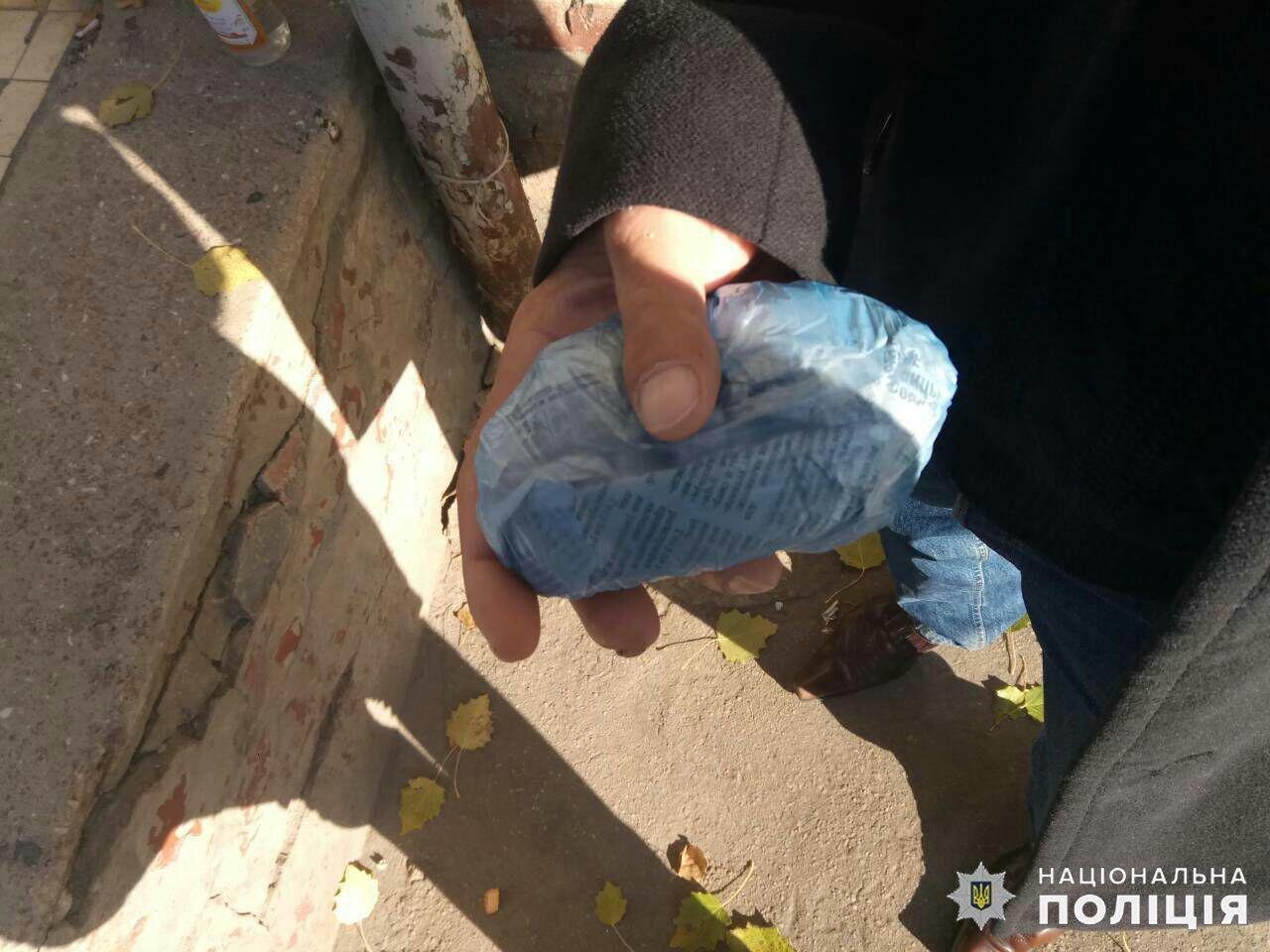 Гремучая смесь: У выпивавшего на улице жителя Дружковки полицейские обнаружили сверток с «травкой», фото-1