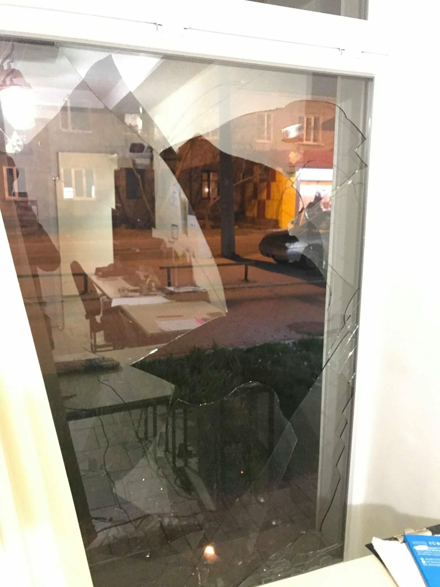 Дружковка: В «Халве» сегодня установили новый стеклопакет взамен разбитого (ФОТО), фото-4