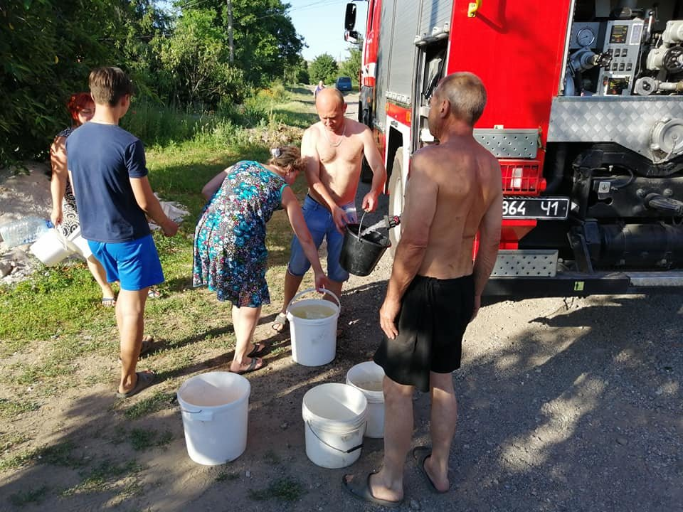 Спасатели подвозят воду населению Константиновского района в пожарных машинах, фото-1