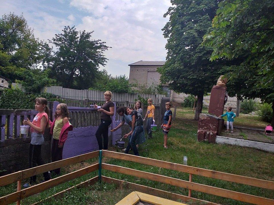 Дружковка: Дети помогли «оживить» забор возле игровой площадки в поселке Сурово (ФОТО), фото-1