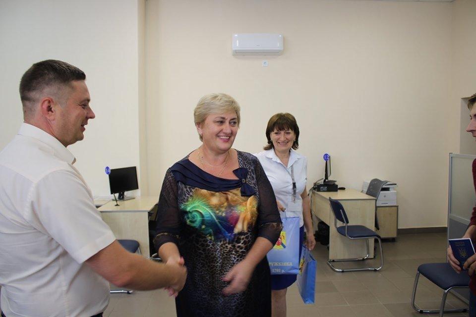Дружковка: В ЦНАПе поздравили первых получателей загранпаспортов, фото-1