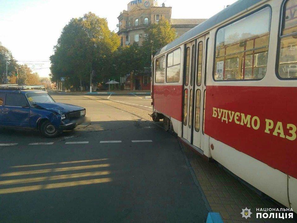 Дружківка: На площі Соборній легкова автівка зіткнулася з трамваєм (ФОТО), фото-1