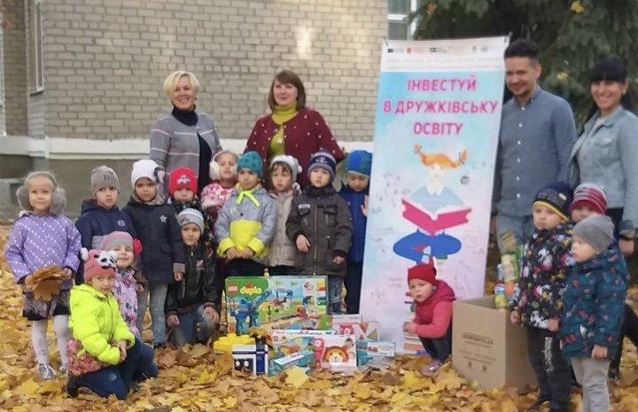 Дружковка: Дети приняли подарки от громады и на полке их не оставили (ФОТО), фото-1