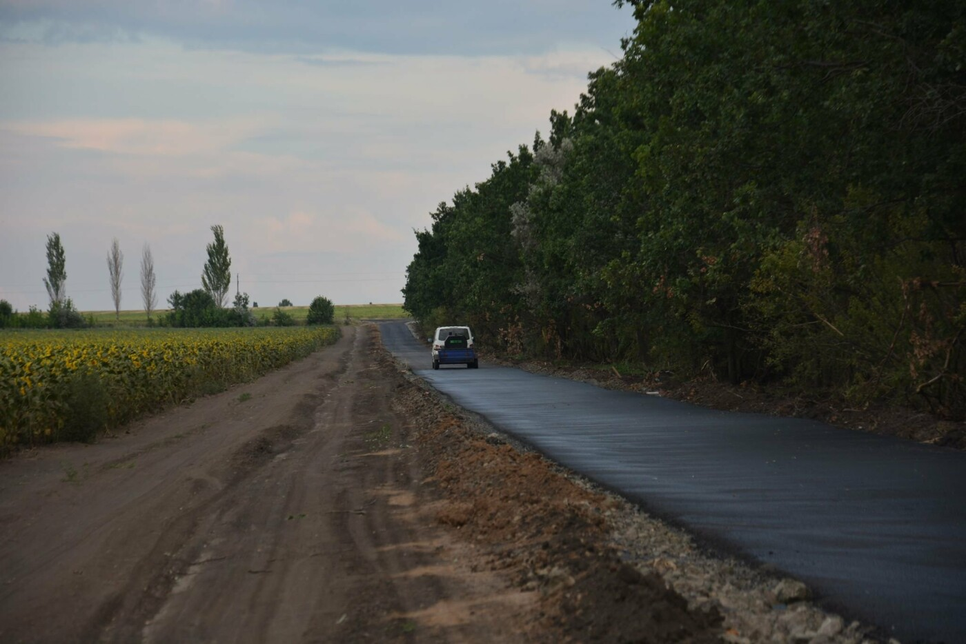 На дорожку: Дружковское управление капстроительства поручило построить дорогу, но подрядчик все перепутал и положил асфальт не в том месте, фото-1