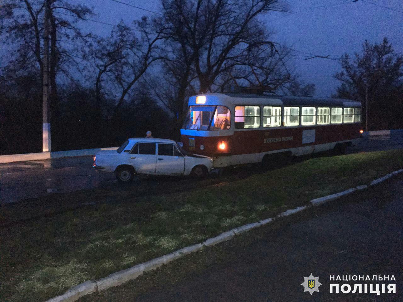 Осенний «поцелуй»: В Дружковке сегодня рано утром «копейка» врезалась в трамвай (ФОТО), фото-1