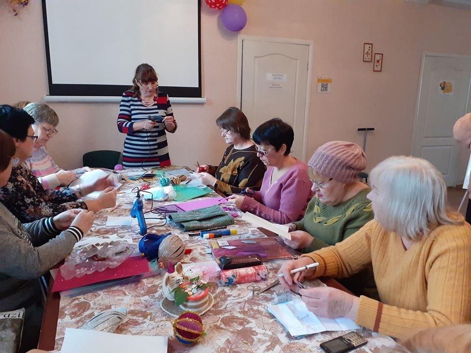 В Дружковке для пенсионеров провели мастер-класс по изготовлению праздничных игрушек (ФОТО), фото-1