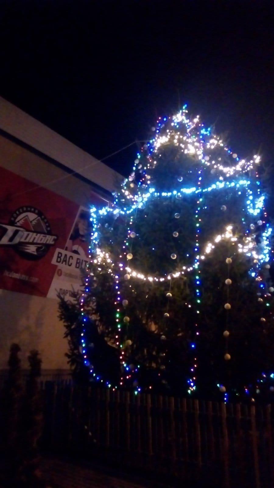 Дружковка: Возле «Альтаира» засияла праздничными огнями еще одна новогодняя елка (ФОТО), фото-2