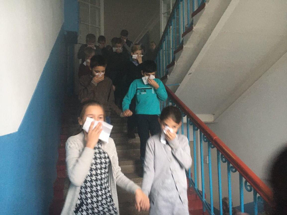 Дружковка: Спасатели провели в школе №1 учебную эвакуацию с использованием дымогенератора (ФОТО), фото-2