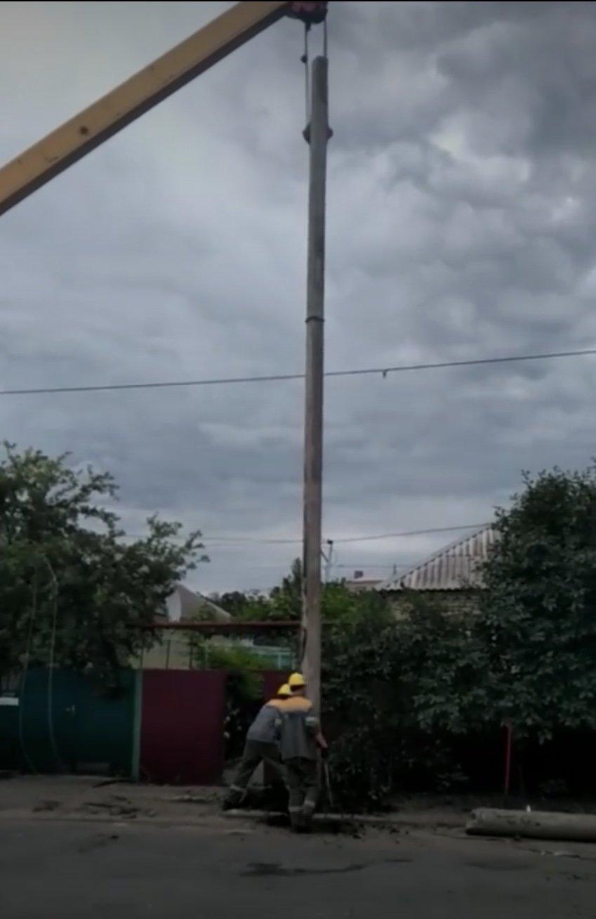 Дружковка: Сбитый фонарный столб на улице Маяковского заменили новым (ФОТО), фото-2