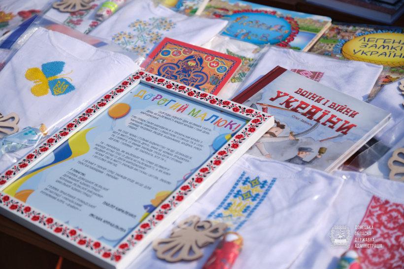 Голова ДонОДА сьогодні передав вишиванки для новонароджених в Дружківці та ще десяти містах області, фото-1