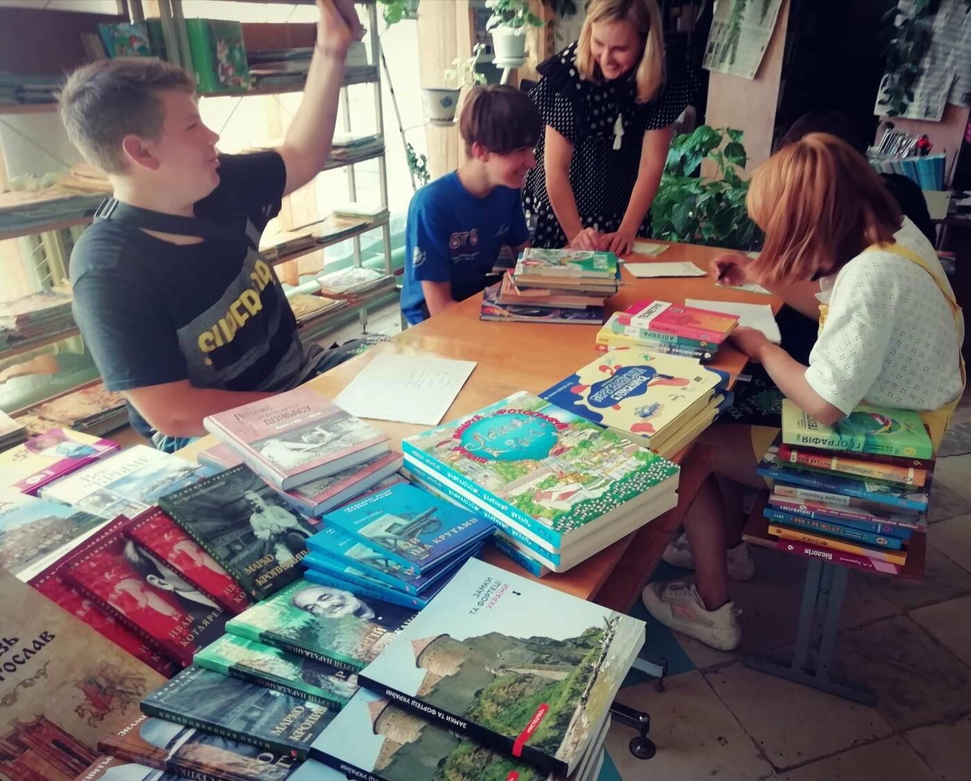 Дружківка: Бібліотека школи №12 отримала подарунки від переможниць конкурсів краси (ФОТО), фото-1