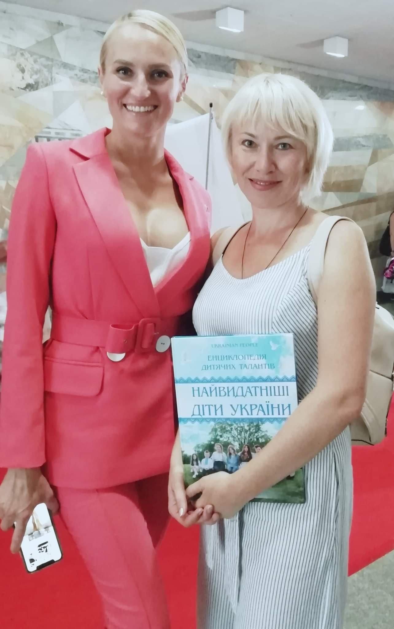 Дружківка: Бібліотека школи №12 отримала подарунки від переможниць конкурсів краси (ФОТО), фото-7