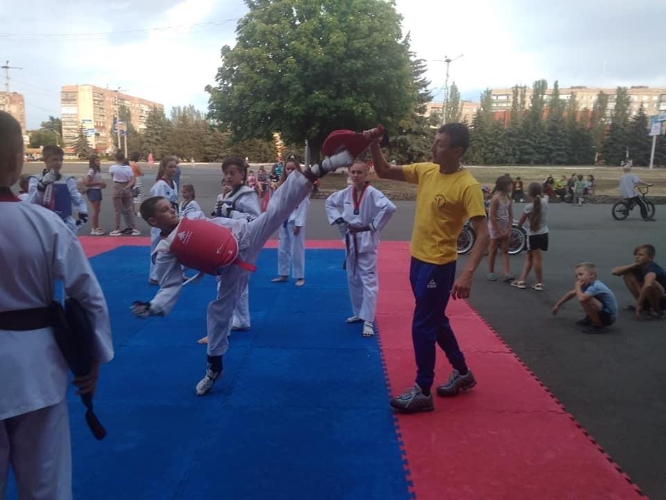 Дружківськи майстри тхеквондо провели відкрите тренування на площі Молодіжній, фото-2