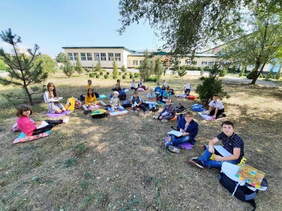 Дружківка: У школі №17 учні залюбки навчаються просто неба (13 ФОТО), фото-5