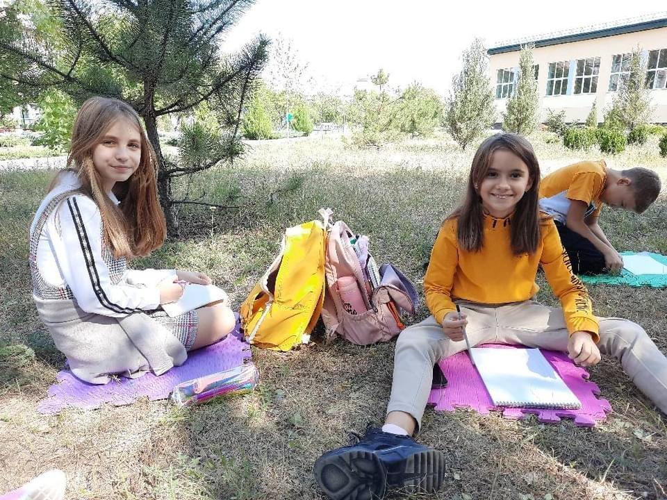Дружківка: У школі №17 учні залюбки навчаються просто неба (13 ФОТО), фото-7
