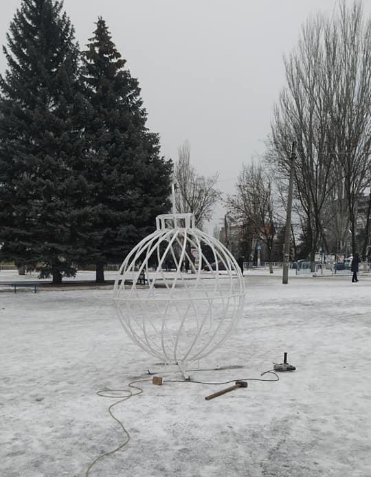 Дружківка: До свята на площі Молодіжній встановлюють великі новорічні кулі  , фото-3