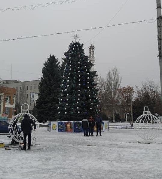 Дружківка: До свята на площі Молодіжній встановлюють великі новорічні кулі  , фото-2