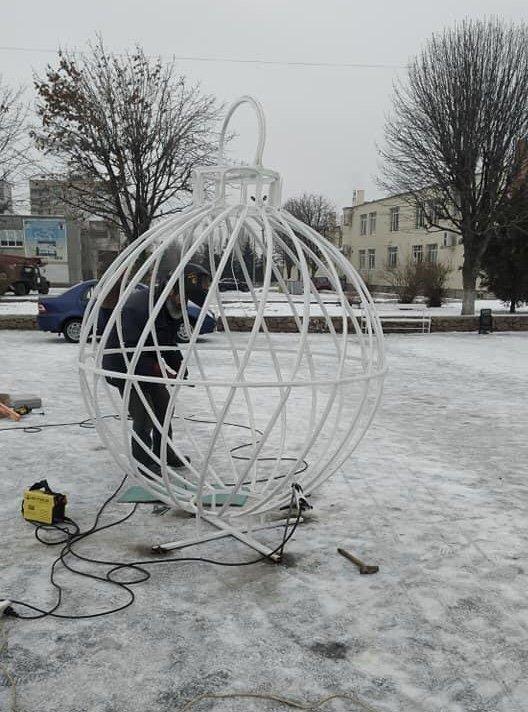 Дружківка: До свята на площі Молодіжній встановлюють великі новорічні кулі  , фото-1