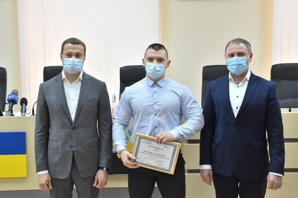 Голова ДонОДА вручив сьогодні провідному спортсмену з Дружківки ключі від квартири, фото-2