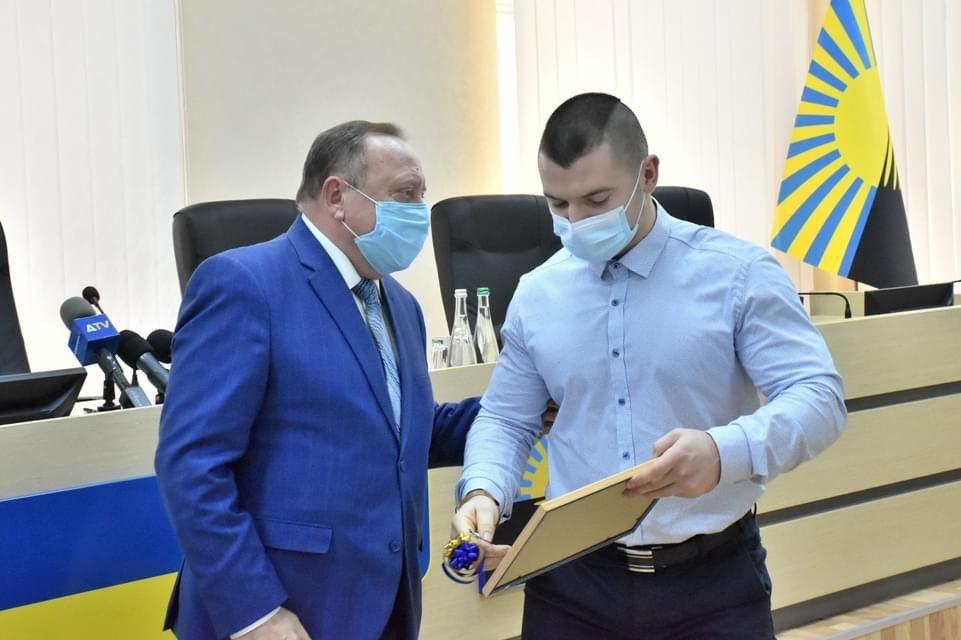 Голова ДонОДА вручив сьогодні провідному спортсмену з Дружківки ключі від квартири, фото-3