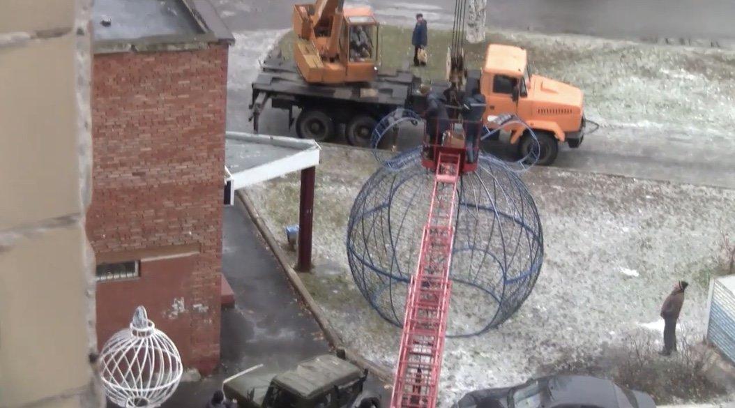 Лошарики: В Дружковке декоративные шары «улетели» на крышу торгового комплекса (ФОТО), фото-3