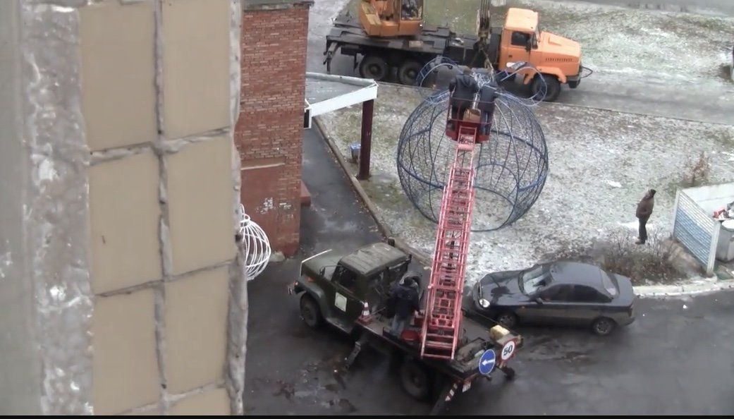 Лошарики: В Дружковке декоративные шары «улетели» на крышу торгового комплекса (ФОТО), фото-5