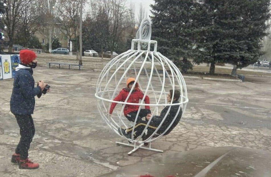 Лошарики: В Дружковке декоративные шары «улетели» на крышу торгового комплекса (ФОТО), фото-1
